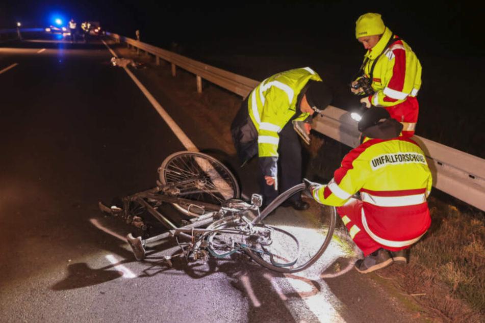 Experten untersuchten noch am Unfallort das völlig demolierte Fahrrad des verunglückten Amtsleiters.