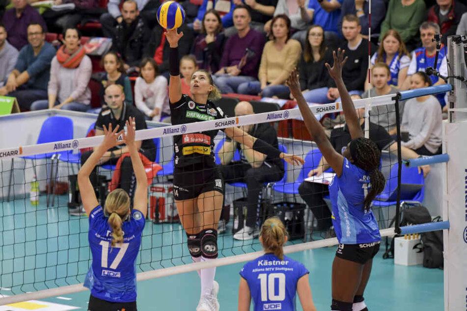 Nikola Radosova (am Ball) sorgte vor allem im zweiten Satz für viele Angriffspunkte, am Ende reichte es aber wieder nicht zum DSC-Sieg gegen einen der Favoriten der Liga.