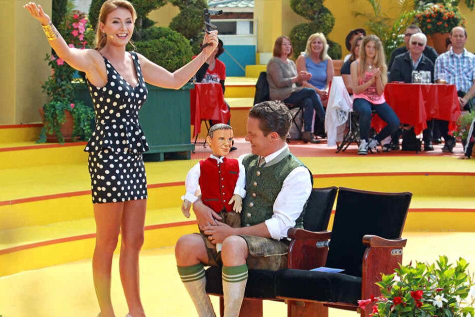 Anna-Carina Woitschak überraschte Moderator Stefan Mross mit einer süßen Puppen-Performance - danach soll es zwischen den beiden gefunkt haben.