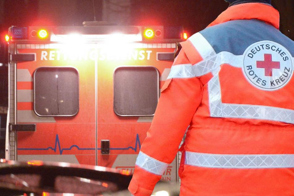 Neben Polizei und Feuerwehr waren vier Rettungswagen und ein Notarzt im Einsatz (Symbolbild).