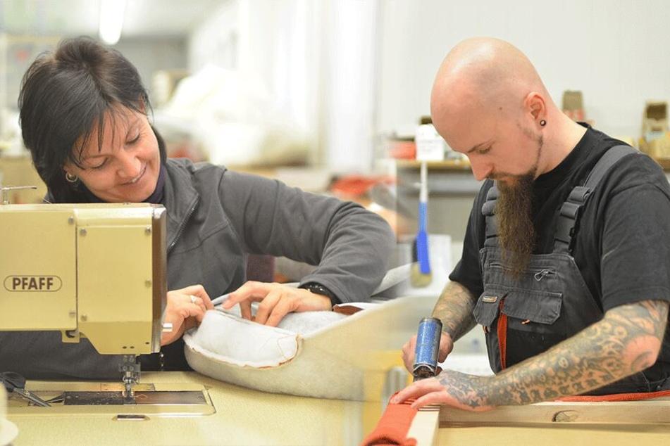 Gut gelaunte Mitarbeiter fertigen in Marienberg bequeme Polstermöbel von Hand.