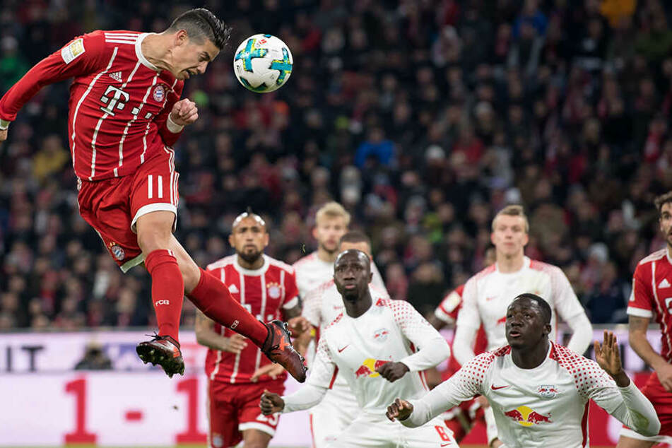 James Rodriguez von München köpft nach einer Ecke auf das Tor von Leipzig.