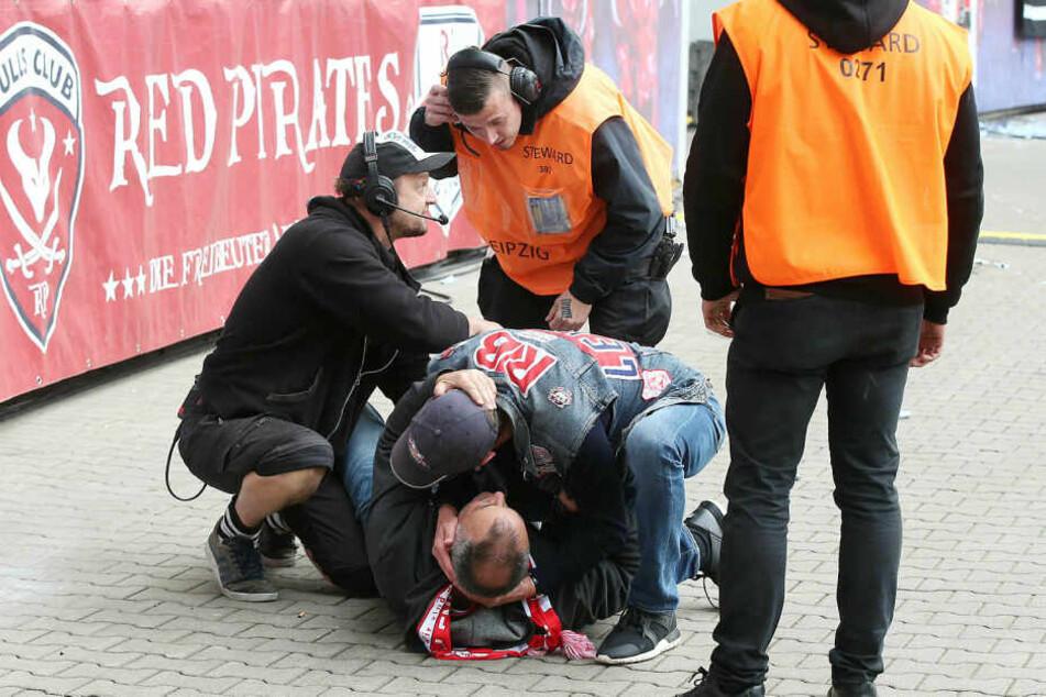 Am Samstag war der Anhänger von einer Tribüne in den Innenraum gesprungen, wollte ein Foto mit RB-Coach Ralf Rangnick. Dabei verletzte er sich am Knöchel.