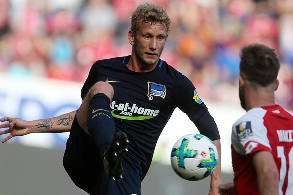 Der Berliner Fabian Lustenberger (l) und der Mainzer Alexandru Maxim kämpfen um den Ball.