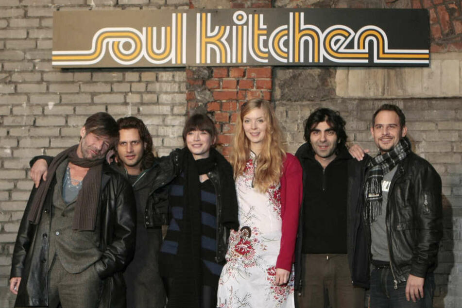 """vlnr.: Birol Ünel, Adam Bousdoukos, Anna Bederke, Pheline Roggan, Regisseur Fatih Akin und Moritz Bleibtreu während den Dreharbeiten zum Film """"Soul Kitchen"""" im Jahr 2008. Akin hat sich wiederholt für den Erhalt der Location stark gemacht."""