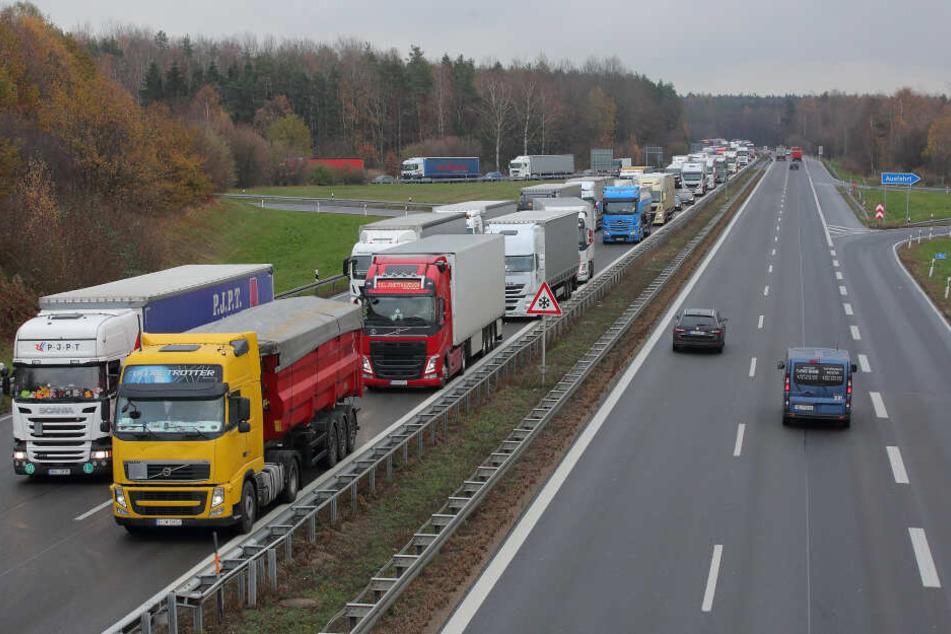 Immer wieder Staus und missachtete Überholverbote: Auf der A4 bei Pulsnitz herrscht oft Chaos.