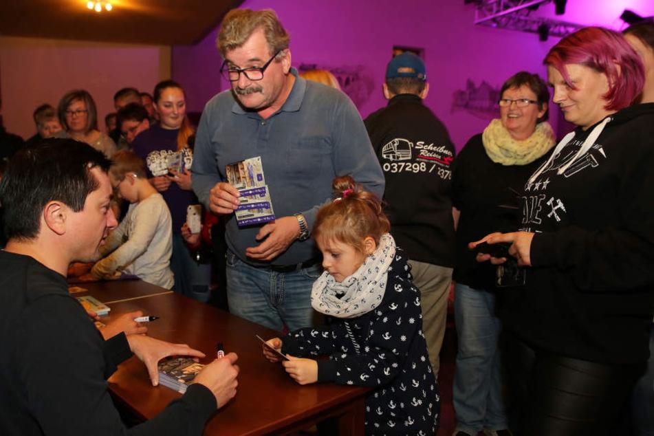 Daniel Meyer musste beim Fanstammtisch in Oelsnitz im Erzgebirge eine Menge Autogramme schreiben.