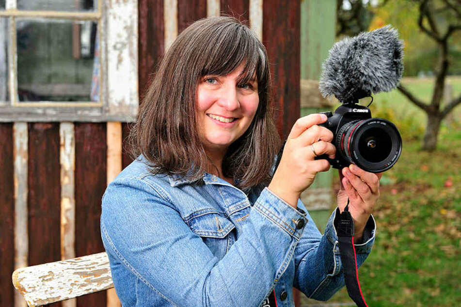 Mit ihrem Dederon-Film erinnert Künstlerin Ramona Markstein (38) aus Hartenstein an die Kult-Schürze.