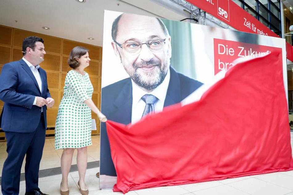 Der SPD-Generalsekretär, Hubertus Heil, und die SPD-Geschäftsführerin Juliane Seifert präsentieren die erste Welle der Plakatkampagne der SPD für die Bundestagswahl.