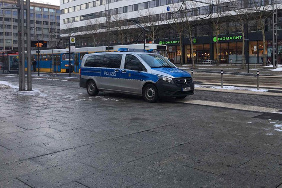 Die Polizei ist bei dem Unfall ebenfalls vor Ort.