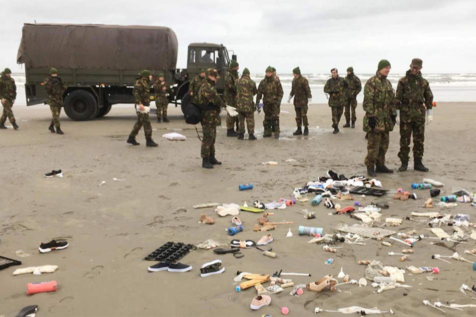 Die niederländische Armee räumt an den Stränden von Schiermonnikoog auf, nachdem ein Frachter einen Teil seiner Container-Ladung vor zwei Tagen verloren hat.