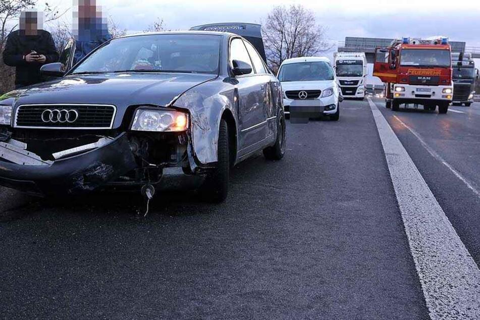 Der Audi, der Mercedes und der Sattelzug stehen nach dem Crash beschädigt auf dem Seitenstreifen.
