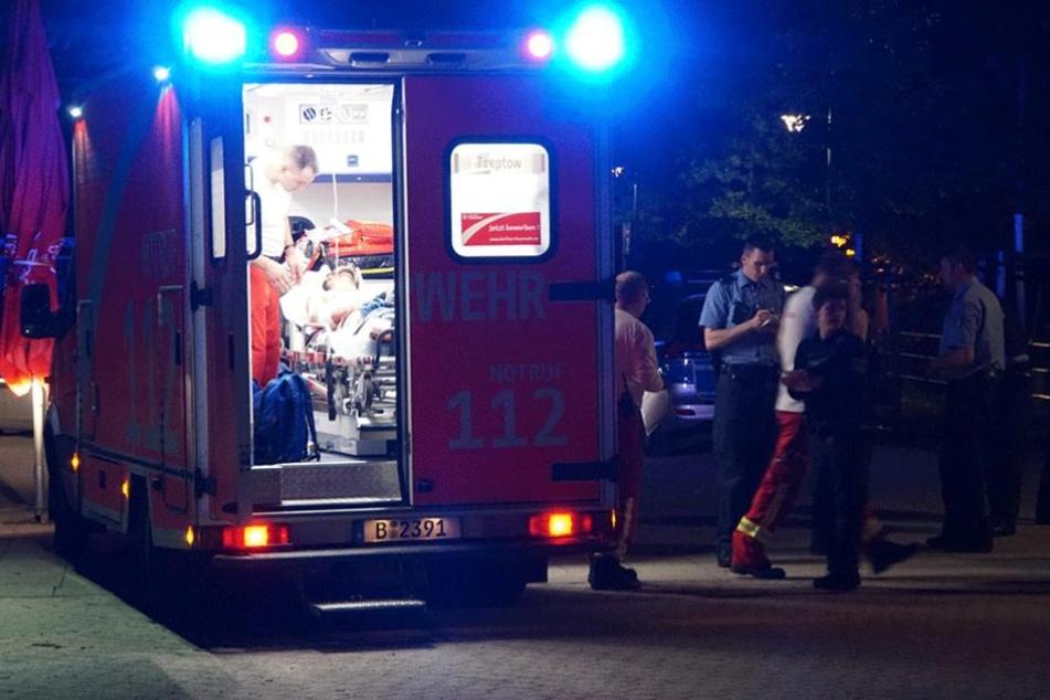 Ein Verletzter wird im Krankenwagen behandelt.