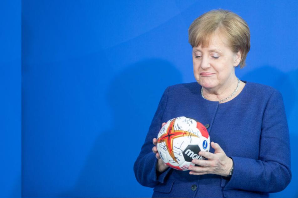 """Peinlicher Fehler: Kanzlerin Merkel """"verrät"""" schon den Meister"""