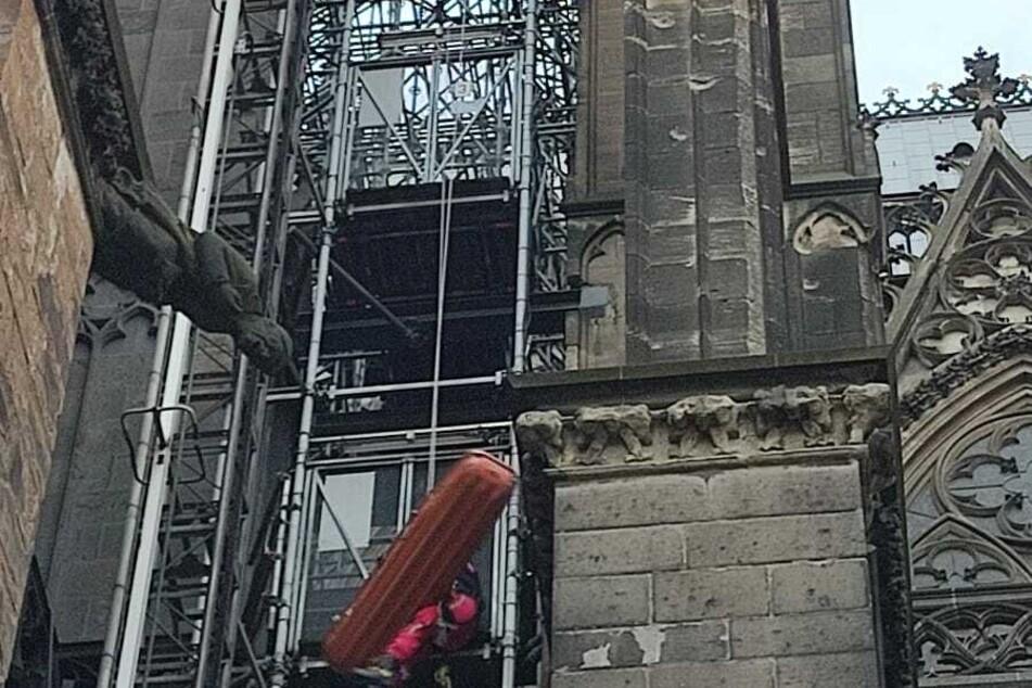 Die Frau hatte einen Zusammenbruch auf dem Kölner Dom erlitten.