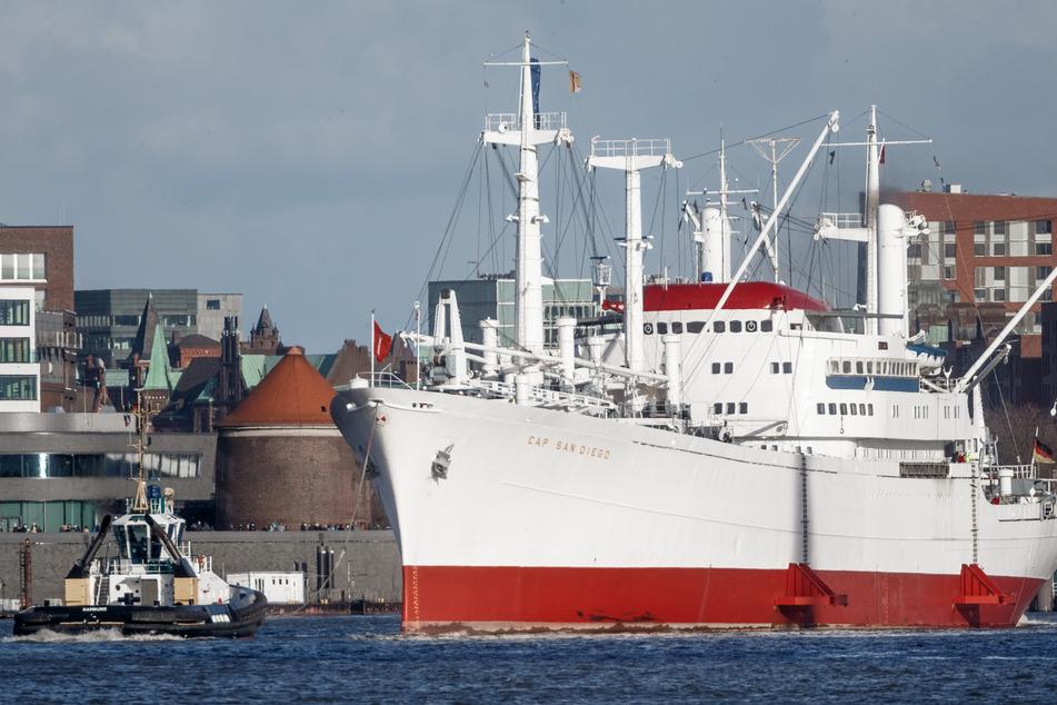 """Das Museumsschiff """"Cap San Diego"""" auf dem Weg nach Bremerhaven zum Sicherheitscheck."""