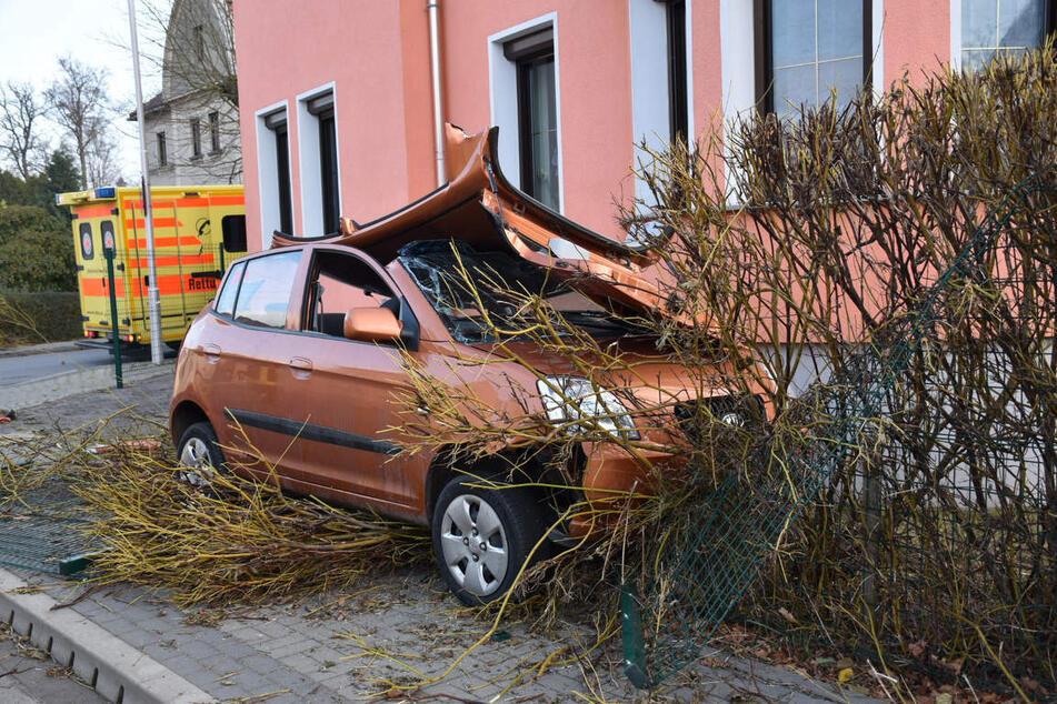 Die Feuerwehr musste das Dach des Autos abnehmen, um die 63-Jährige zu befreien.