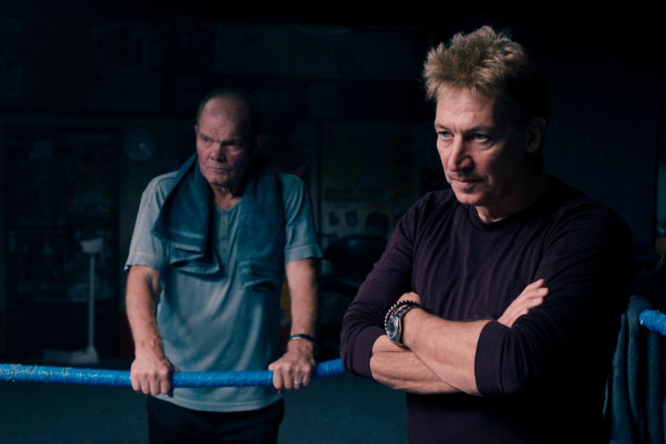 Tanne (r., Tobias Moretti) erkennt Alis Talent und Kampfeswillen. Er nimmt sie unter seine Fittiche.