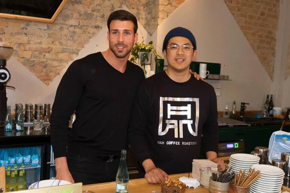 Leonard Freier (re.) und sein Geschäftspartner Ngoc-Duc Nguyen haben Obdachlose in das Lokal Maison Han in Neukölln eingeladen.