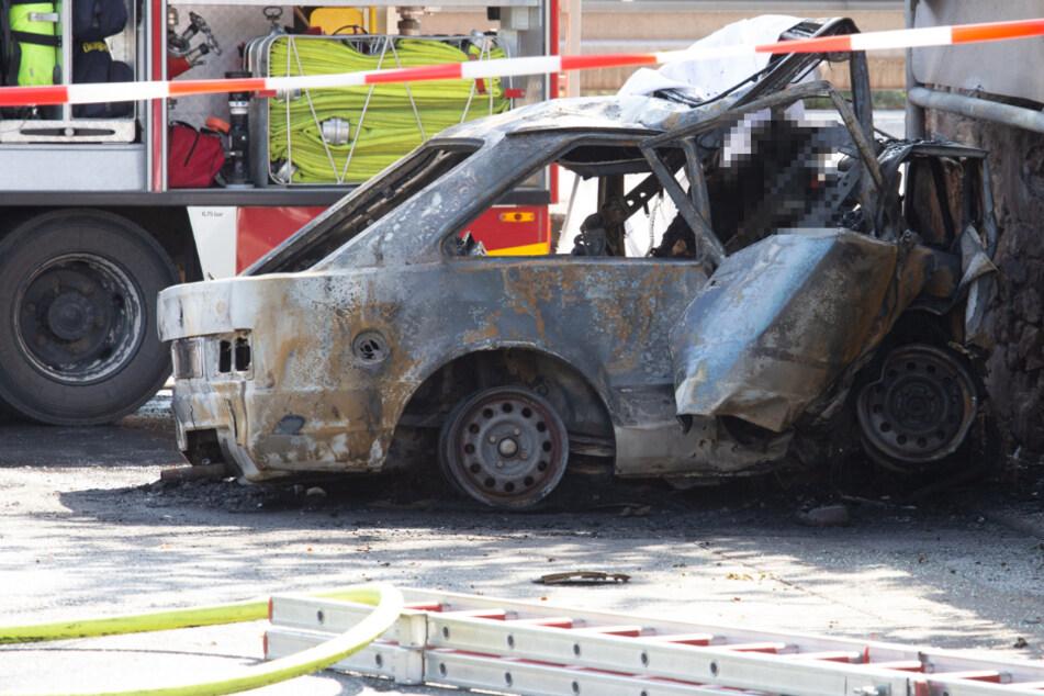Ford prallt mit voller Geschwindigkeit gegen Mauer: Fahrer verbrennt in Wrack