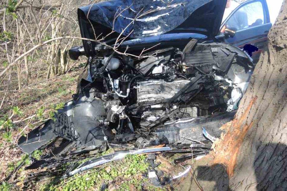 VW knallt frontal gegen Baum: 61-Jähriger bei Unfall schwer verletzt