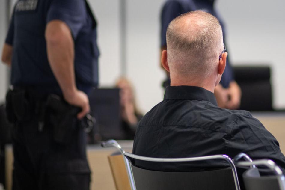 Der Angeklagte sitzt im Gerichtssaal (Archivbild).