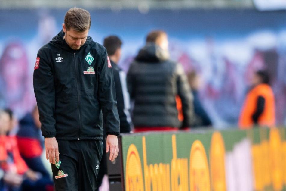 SVW-Trainer Florian Kohfeldt steht nach der achten Ligapleite in den letzten neun Partien niedergeschlagen in der Coachingzone.
