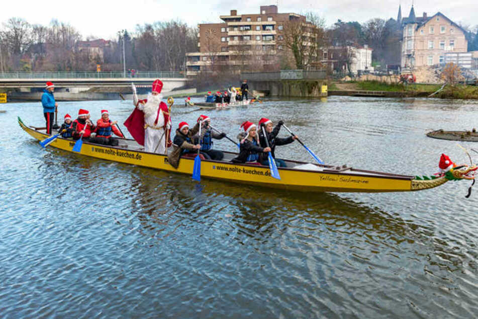 In einem Drachenboot wird der Nikolaus über die Werre gefahren.