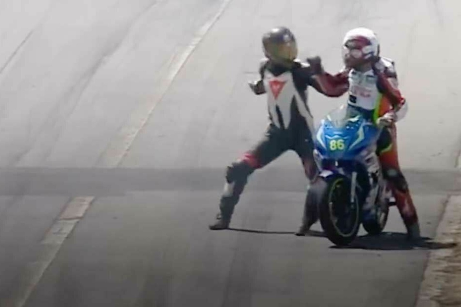 Motorrad-Fahrer prügeln sich auf der Rennstrecke
