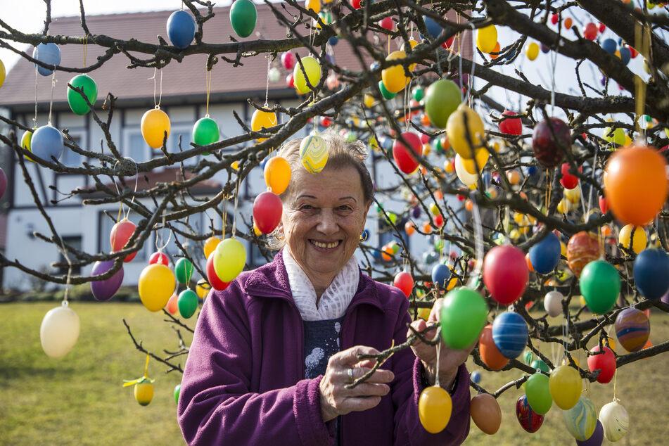 Hier wird echt rumgeeiert: Seit 25 Jahren schmückt Erne Range (84) zu Ostern ihren Garten.