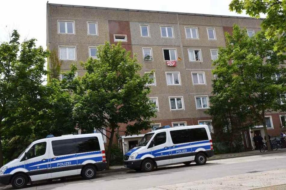 Zwei Mannschaftswagen der Polizei vor der Asylbewerberunterkunft in der Hegelstraße im Cottbuser Süden.