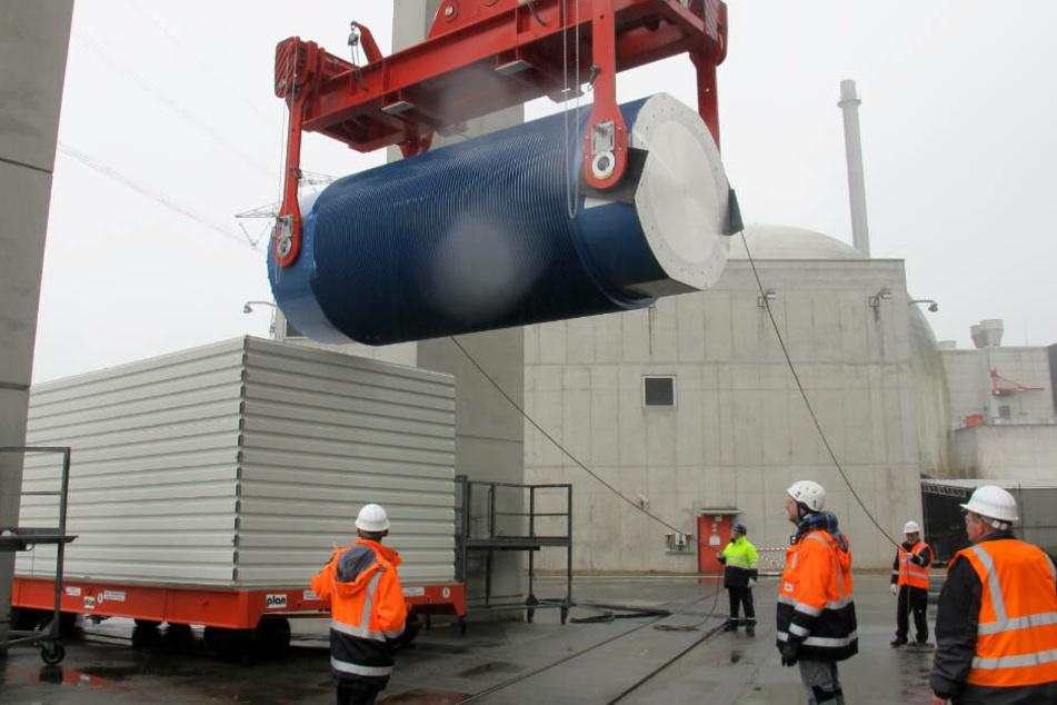 Zunächst werden sechs Castor-Behälter aus der Wiederaufarbeitungs-Anlage Sellafield nach Biblis transportiert (Archivbild).