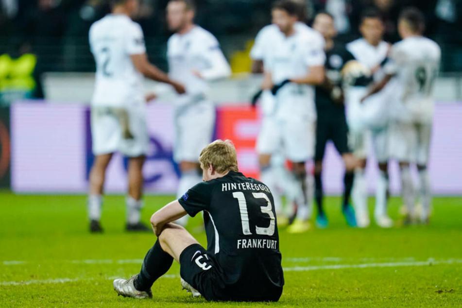 Martin Hinteregger enttäuscht nach dem 2:3: Erst nach dem Abpfiff erfuhren die Spieler, dass sie es doch geschafft hatten, in der Europa League weiterzukommen.