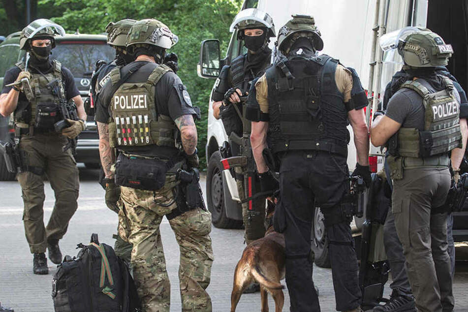 Kurz nach dem Leichenfund durchsuchte die Polizei die Umgebung mit Fährtenhunden.