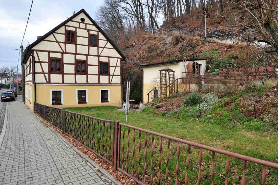 Bis in dieses Wohnhaus in Falkenau verfolgte ein Mann ein junges Mädchen.