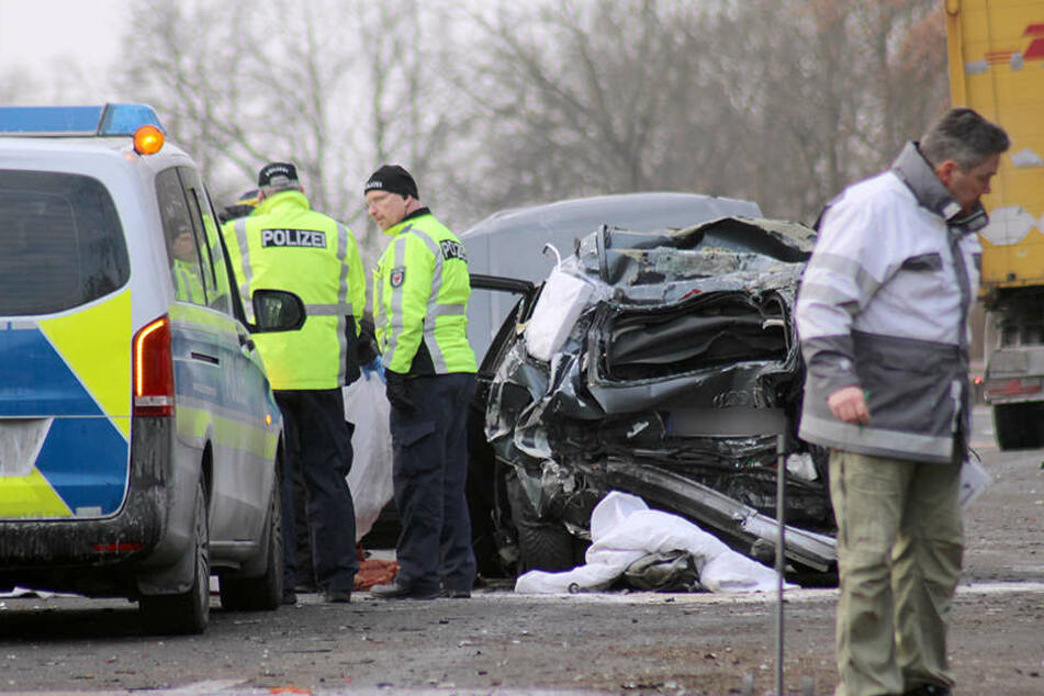 Der völlig zerstörte Audi am Morgen auf der A10 bei Potsdam.
