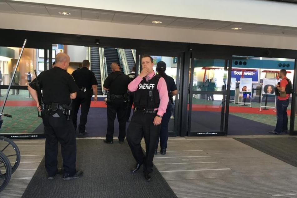 Ein Polizist ist auf dem Flughafen in Flint bei einer Messerattacke verletzt worden.