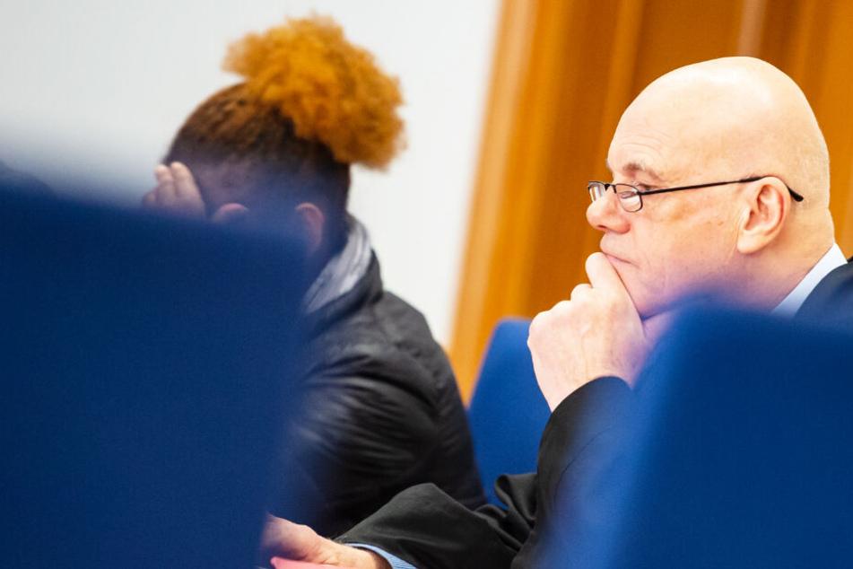 Die Angeklagte (links) sitzt während eines Prozesstages neben ihrem Verteidiger Ulrich Albers im Landgericht.