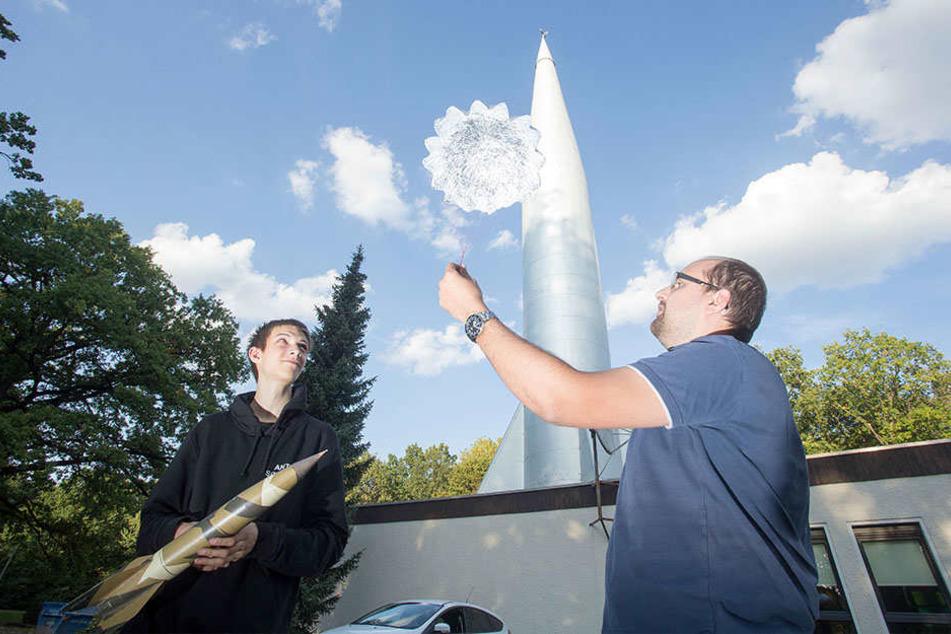 """Heute viel besser als in der DDR möglich: Michael Helmert (30, r.), Leiter der """"AG Raketenmodellbau"""" des Kosmonautenzentrums bei den Startvorbereitungen für die Modellflieger."""