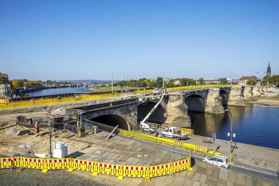 Die Augustusbrücke wird für über 20 Millionen Euro saniert. Jetzt legten Bauarbeiter eine giftige Teerschicht frei.