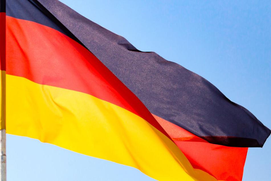 Die Männer hissten eine deutsche Flagge. (Symbolbild)