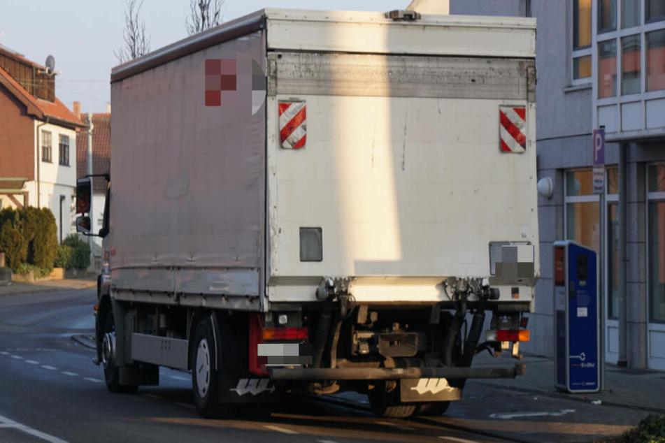 Ein Lastwagen steht an einer Straße.