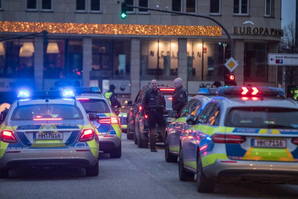 Zahlreiche Polizeifahrzeuge stehen auf dem Jungfernstieg.