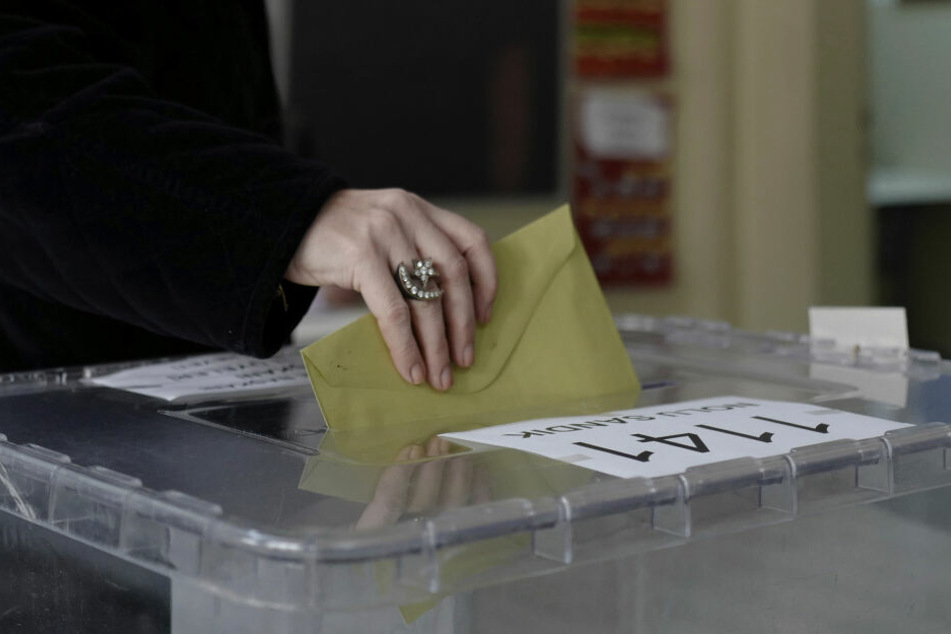 Bei den Kommunalwahlen wurden zwei Menschen durch Schüsse getötet.