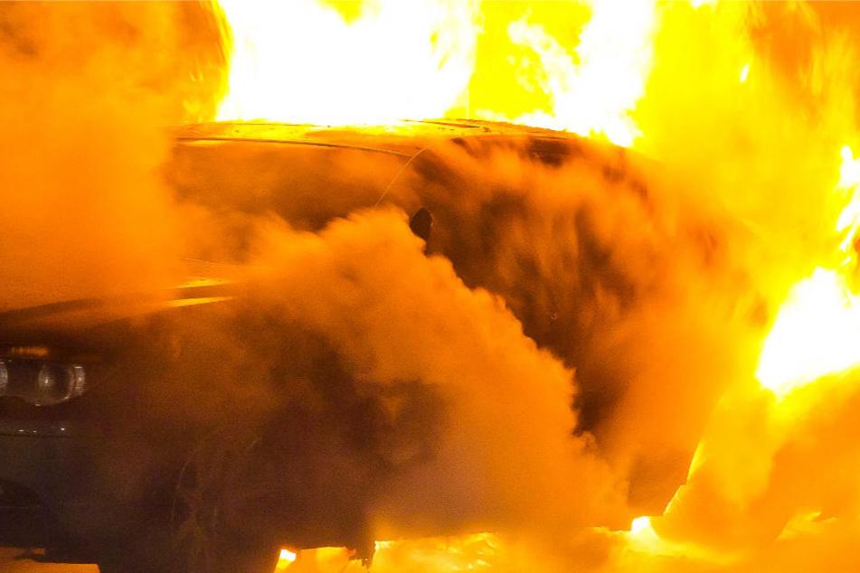 Der Mann legte wahrscheinlich Feuer, um Spuren zu verwischen (Symbolbild).