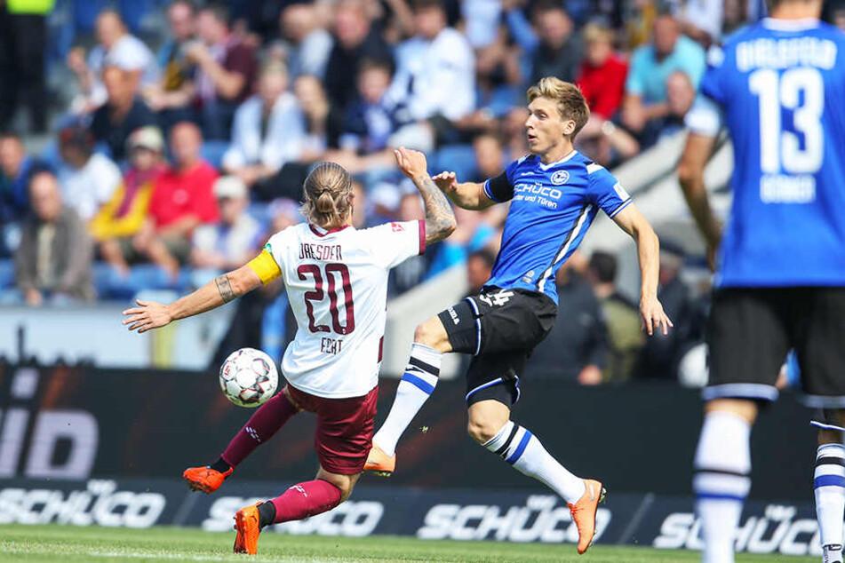 War nicht zu stoppen: Bielefelds 1:0-Torschütze Jóan Símun Edmundsson (Mitte) im Duell mit Patrick Ebert (l.).