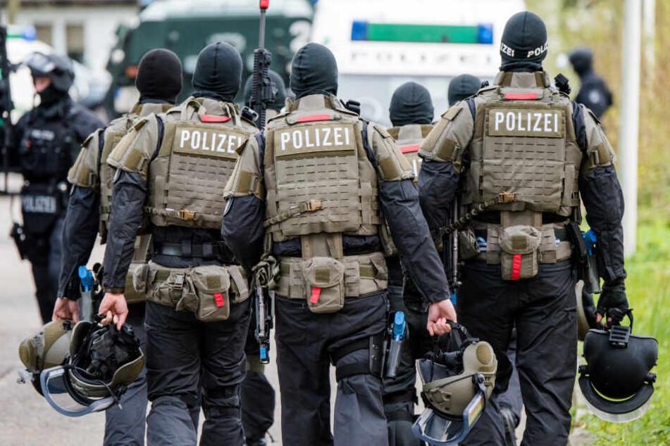 Schwer bewaffnete Polizisten gehen in Hamburg während einer Anti-Terror-Übung zu ihren Fahrzeugen (Symbolbild).