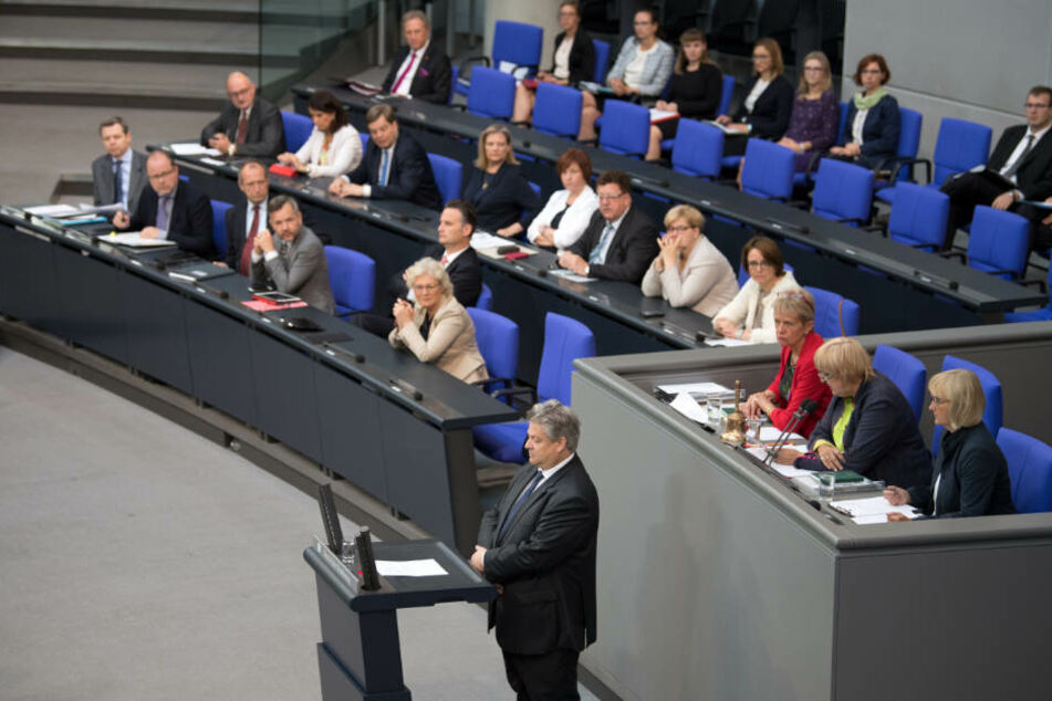 Schweigend gedenkt Thomas Seitz von der AfD-Fraktion im Bundestag während der 37. Sitzung des Bundestages am Rednerpult der ermordeten Susanna F..