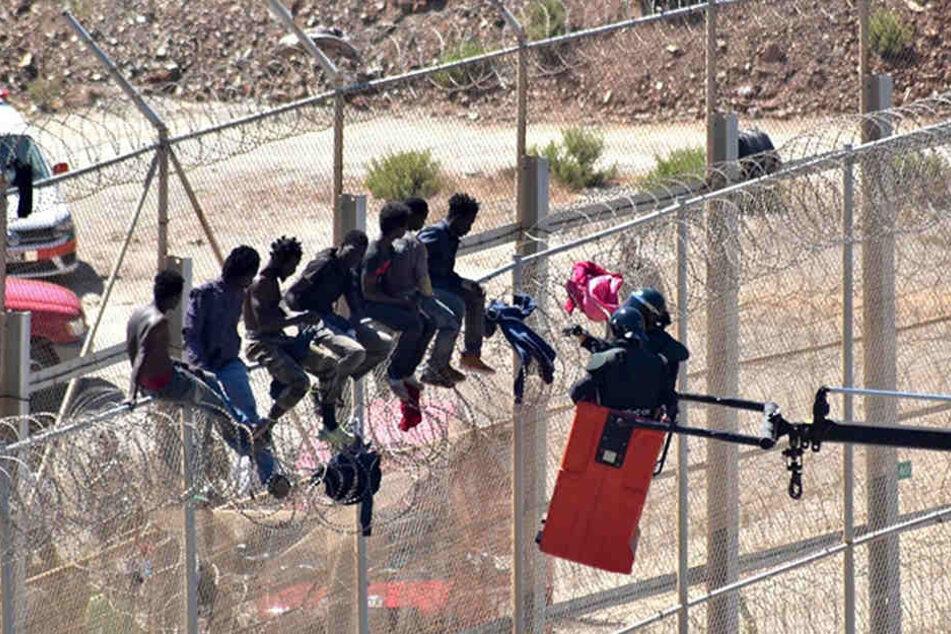 Immer wieder erklimmen Migranten den Grenzzaun zur spanischen Nordafrika-Exklave Ceuta.