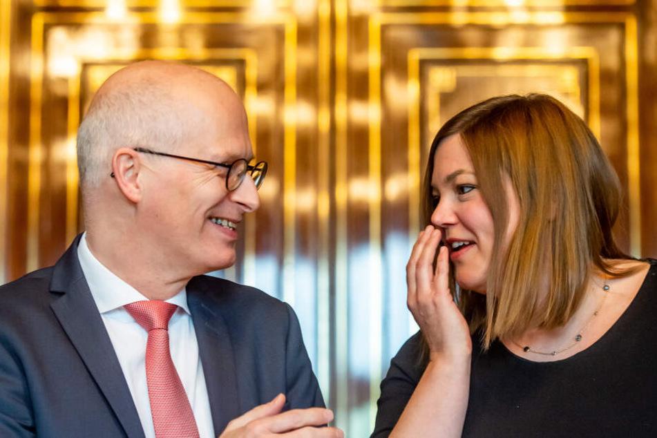 Hamburgs Erster Bürgermeister, Peter Tschentscher (SPD), und Katharina Fegebank (Bündnis 90/Die Grünen), Hamburgs zweite Bürgermeisterin, unterhalten sich bei einer Pressekonferenz im Rathaus.